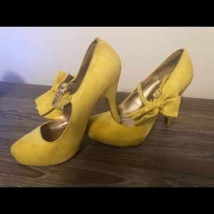 Sunflower yellow pump with bow